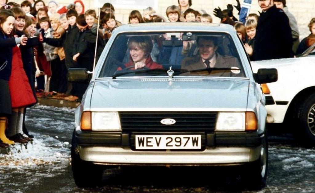 Diana dirigindo seu Ford Escort Ghia