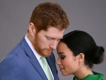 Jordan Dean e Sydney Morton, que interpretam Harry e Meghan na produção