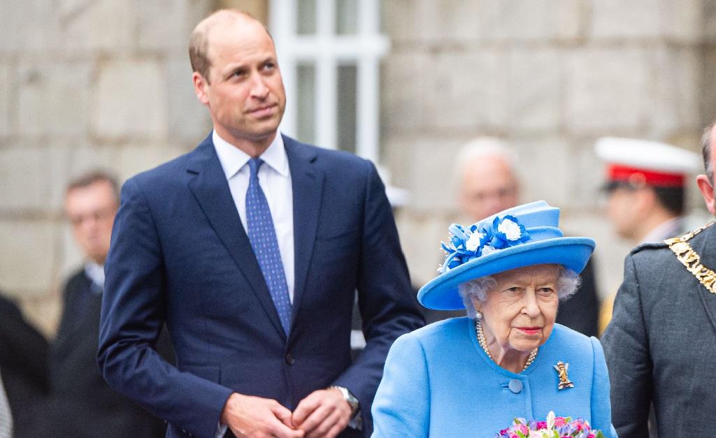 O príncipe William e a rainha Elizabeth II