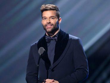 """Ricky Martin revela que se sentiu violado ao ter sexualidade discutida na TV: """"Ainda sinto um pouco de estresse pós-traumático por causa daquilo"""""""