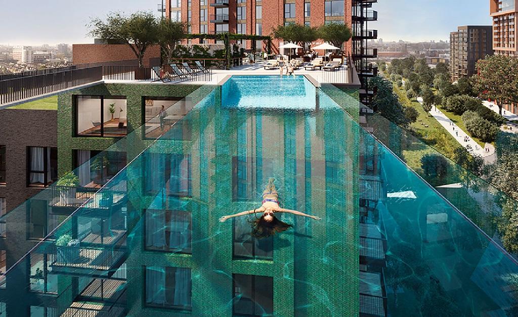 A piscina tem 148 mil litros de água e pesa 50 toneladas
