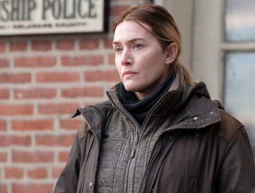 """Kate Winslet proibiu diretor de esconder sua barriga em cena quente da série """"Mare of Easttown"""" e pediu que suas rugas fossem mostradas no pôster de divulgação"""