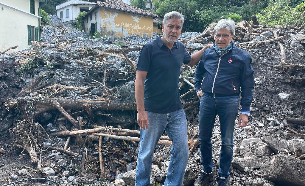 Clooney com Roberto Pozzi, o prefeito da Lombardia