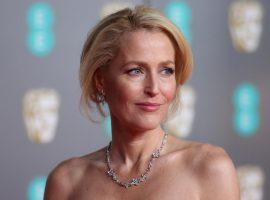 """Estrela de série """"Arquivo X"""", Gillian Anderson revela que abandonou o sutiã definitivamente"""