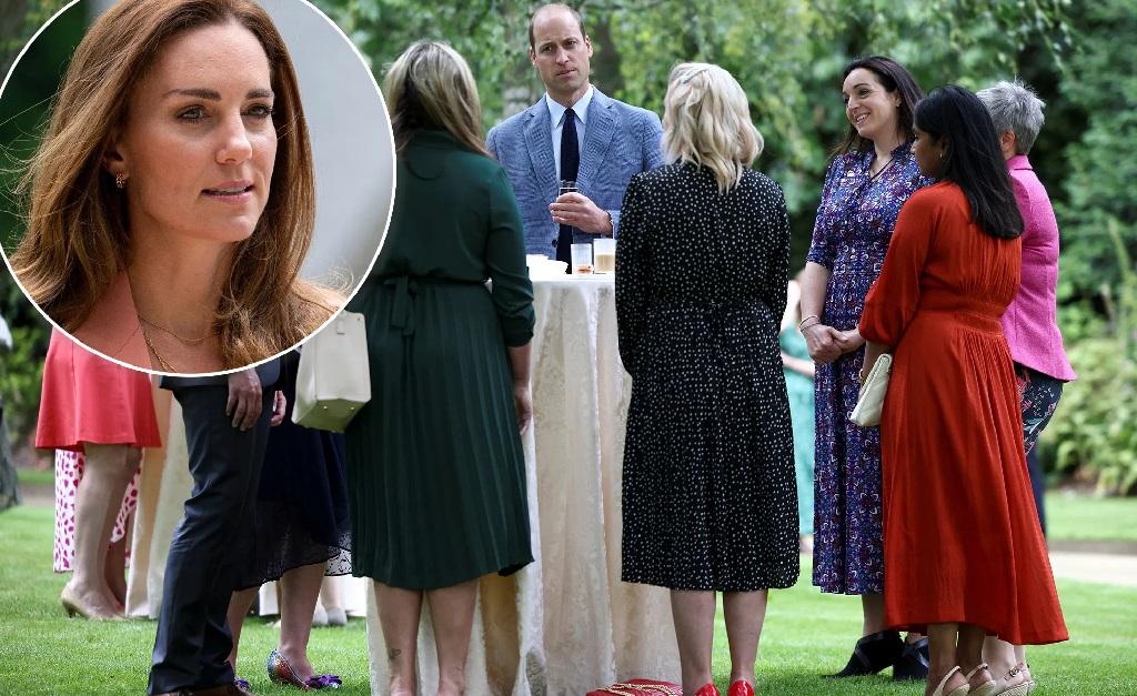 William com profissionais do NHS, sem a companhia de Kate (no detalhe)