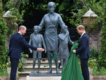 Estátua de Diana inaugurada na semana passada foi inspirada em look 'provocativo' dela. Vem saber!