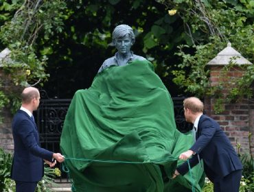 William e Harry inauguram estátua em homenagem a Diana, que completaria 60 anos nessa quinta