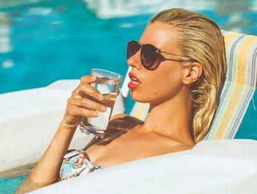 Depois do consumo de bebidas aumentar na pandemia, estudos mostram que viajantes estão dispensando o álcool durante as férias