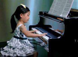 Aos quatro anos e considerada gênio do piano, Brigitte Xie vai interpretar Mozart no Carnegie Hall