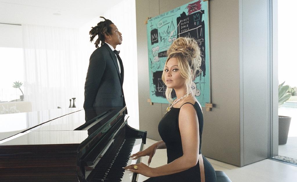Jay-z e Beyoncé Knowles e, ao fundo, o quadro 'Equals Pi', de Jean-Michel Basquiat