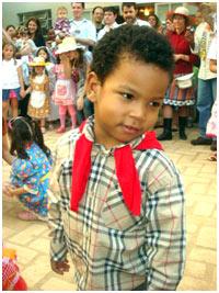 Filho de Paulo Borges dança quadrilha com roupa Burberry