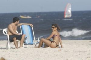 Juliana Paes curte praia