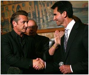 Sean Penn quer dia em homenagem a Harvey Milk