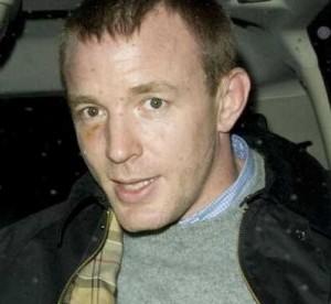 Guy Ritchie sai de festa em Londres com um olho roxo