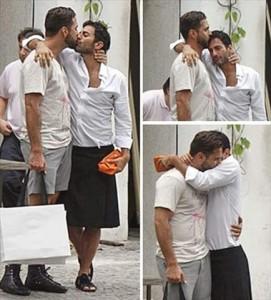 Marc Jacobs e Lorenzo Martone passeiam e trocam carinhos em Ipanema