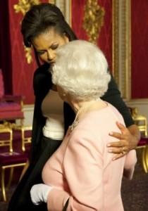 Michelle Obama dá abraço na Rainha Elizabeth