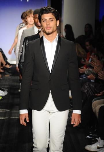 """Jesus Luz na passarela do """"Jeffrey Fashion Cares"""": abre-alas"""