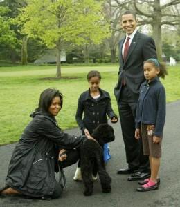 Cão da família Obama vira centro das atenções em evento na Casa Branca