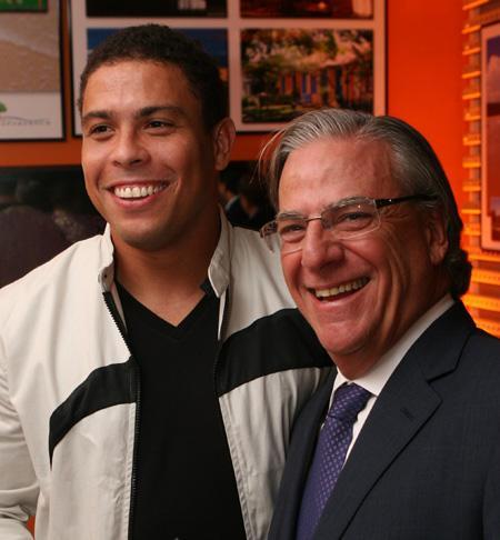 Ronaldo e Ivan Zurita, nessa segunda-feira, no jantar promovido pelo empresário, em São Paulo, para comemorar as vendas do condomínio