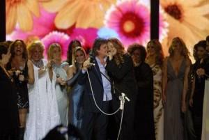 Roberto Carlos se emociona com homenagem no Municipal