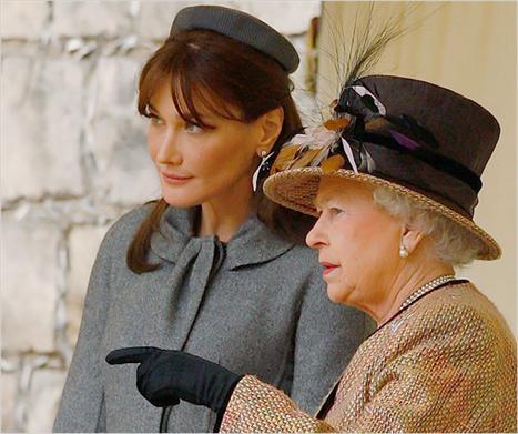 Carla Bruni e a rainha Elizabeth: cada uma com seu chapéu...