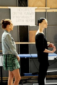 Givenchy dá um aviso às modelos no backstage do seu desfile de alta-costura