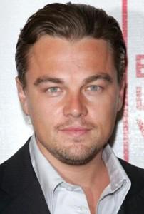 Leonardo DiCaprio se joga na noite de Nova York.