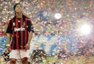 Silvio Berlusconi cobra profissionalismo de Ronaldinho Gaúcho