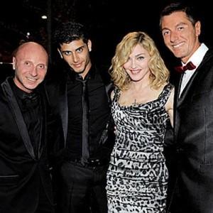Madonna sai para jantar em Milão com Jesus Luz e amigos.