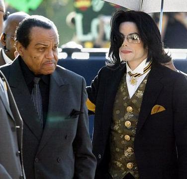 Joe Jackson ao lado do filho: fora das decisões da família