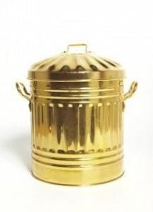 Artista suíça desenvolve lata de lixo de ouro.