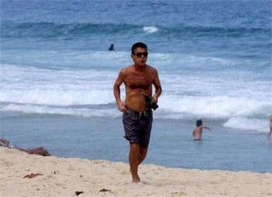 Chico Buarque é visto correndo na praia.