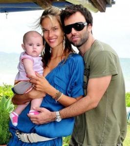 Filha de Alessandra Ambrosio vai comemorar um ano de idade neste mês, e vai ganhar festinha dos pais .