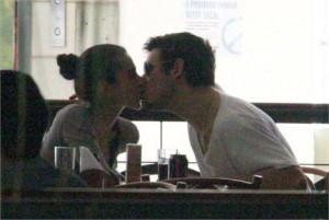 Cleo Pires e João Vicente de Castro curtem noite romântica no Bar Secreto, em Pinheiros.