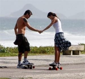 Thaila Ayala e Paulinho Vilhena protagonizaram uma cena de editorial nesse domingo, na orla da praia do Recreio, no Rio.