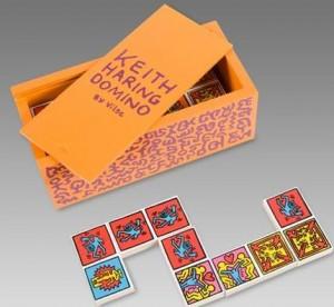 Caixa de dominó com desenhos de Keith Haring é um dos itens must-have do artista.