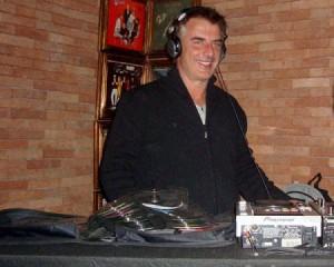 """Mr. Big de """"Sex and the City"""", atacou de deejay no Londra nessa quinta-feira, em Ipanema."""