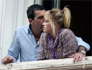 Antonio Banderas falou publicamente sobre a internação da mulher, Melanie Griffith, em uma clínica de reabilitação por conta de álcool e drogas.