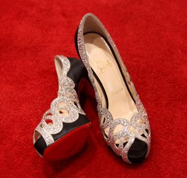 Conforme Glamurama contou Adriane Galisteu ficou encantada com um sapato cravejado de cristais, o Beaute Strass Swarovski, que viu na loja de Christian Louboutin durante o Fashion´s Night Out, no shopping Iguatemi.