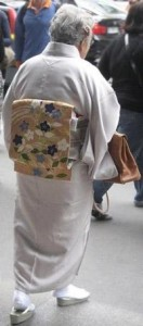 Glamurama flagra mulher vestida com costume japonês e bolsa Hermès em plena Rue de Rivoli, em Paris.