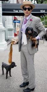 Zac Posen levou os dois cachorros para dar uma voltinha em Manhattan nessa terça-feira. Até aí normal, não fosse o figurino de um dos peludos.