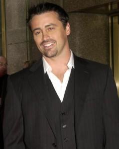 """Já que """"Friends"""" não vai para o cinema mesmo, Matt LeBlanc resolveu garantir seu lado. Ele se juntou ao criador da série que estrelava, David Crane, e do produtor do extinto """"Mad About You"""", Jeffrey Klarik, para atuar em """"Episodes""""."""