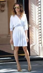 """Metade dos looks de Sarah Jessica Parker no segundo filme de """"Sex and The City"""" foram criados pela norte-americana Halston."""