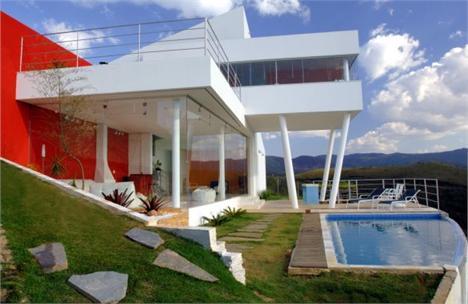 Casa projetada pela Morato Arquitetura em Minas Gerais: em meio as montanhas