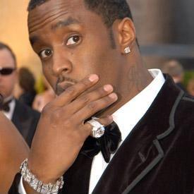 P. Diddy perde anel cheio de diamantes no meio de um show em Nova York.