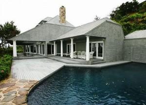 Apesar das previsões de venda serem baixas, a casa de verão de Bernie Madoff finalmente foi vendida… E por um valor alto. O imóvel, que em setembro valia US$ 8,75 milhões, foi arrematado por US$ 9,41 milhões.