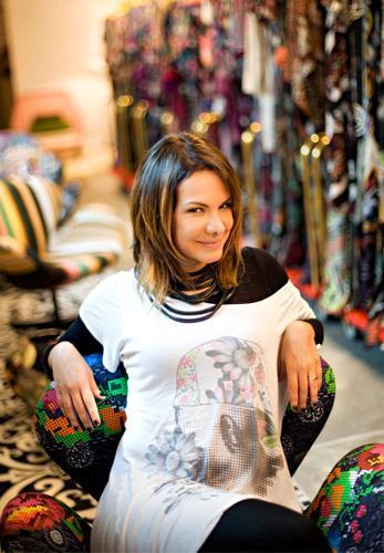 Adriana Barra receberá as clientes para um drink na loja que tem no Rio, neste sábado. A estilista tem muito motivo de sobra para comemorar.