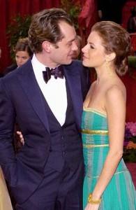 Sienna Miller e Jude Law foram vistos juntos em Nova York. Os dois estão morando na cidade por conta da temporada de peças na Broadway.
