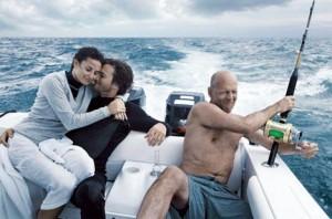Ashton Kutcher está fazendo de tudo para provar que realmente ficou amigo de Bruce Willis, ex-marido de Demi Moore. Isso porque, o atual marido da atriz está produzindo uma comédia romântica especialmente para Demi e Bruce.
