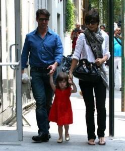 """Parece que Tom Cruise anda com inveja de David Beckham. Isso porque segundo a revista norte-americana """"Star"""", depois que o ator começou a ter mais contato com a família de David, ele quer desesperadamente aumentar sua."""